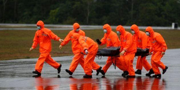Condições do tempo frustram mergulhadores; mais destroços de avião da AirAsia são