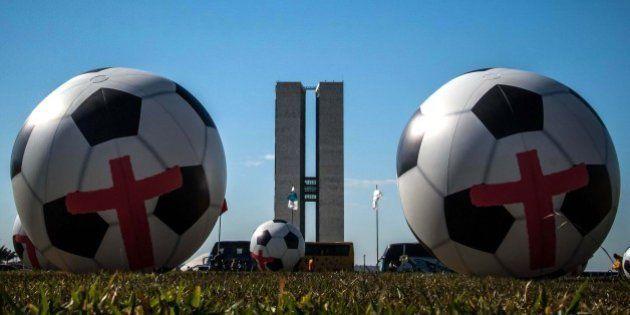 ONG Rio de Paz protesta contra a Copa do Mundo em frente ao Congresso