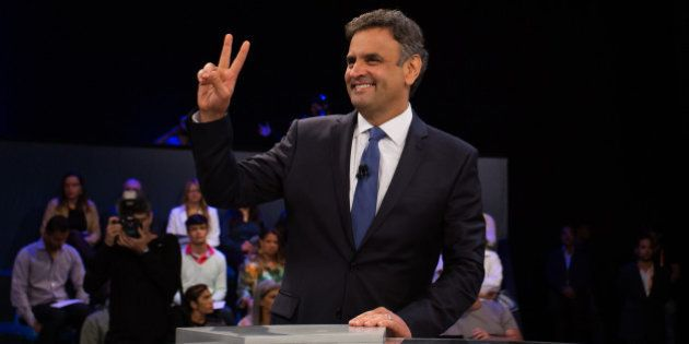 'Quem está governando o Brasil, candidata?', questiona Aécio, criticando ausência de Dilma do Planalto...