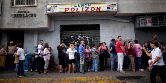 Escassez de produtos básicos na Venezuela faz popularidade do presidente cair a