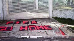 Este protesto foi feito em frente ao escritório de uma figura que representa bem a Copa do