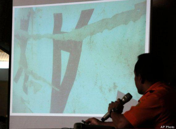 Cauda de avião da AirAsia é encontrada submersa; caixa-preta pode estar