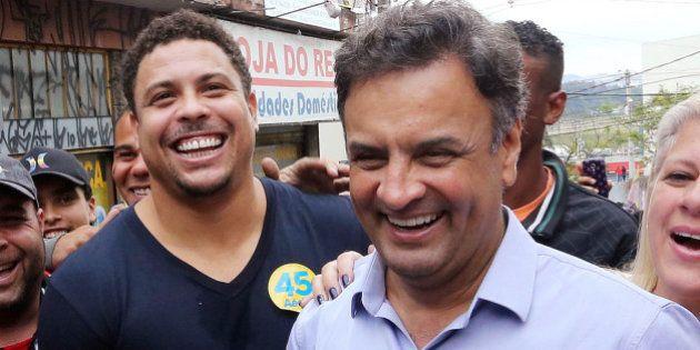 O candidato à Presidência da República pela Coligação Muda Brasil, Aécio Neves, fez caminhada,...