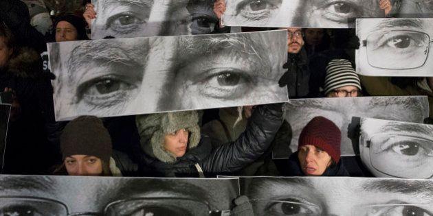 Charlie Hebdo: Em dia de luto, França faz um minuto de silêncio pelos mortos e homenagens se espalham...