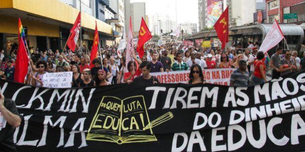 Professores da rede estadual fecham avenida Paulista e mantém greve por 12
