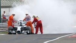 ASSISTA: carro de Hamilton pega fogo e Rosberg larga na pole na