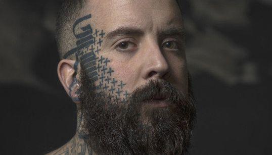 Fotos impressionantes de pessoas que orgulhosamente tatuaram seus