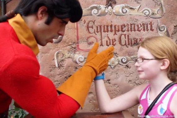 Vilão de 'A Bela e a Fera' perde disputa de braço de ferro para garotinha em parque da Disney