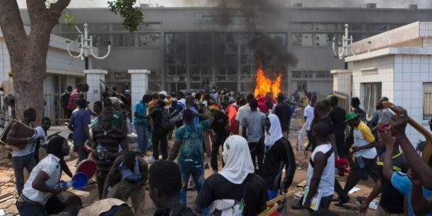 Manifestantes tiram TV estatal do ar e invadem e colocam fogo no Parlamento de Burkina