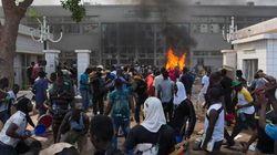 Revoltados, manifestantes tiram TV do ar e queimam