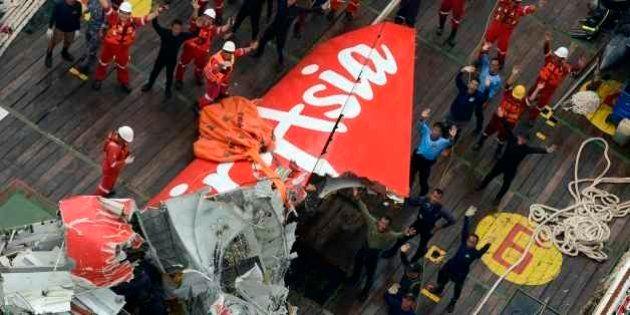 Equipe de busca indonésia suspende cauda de avião da