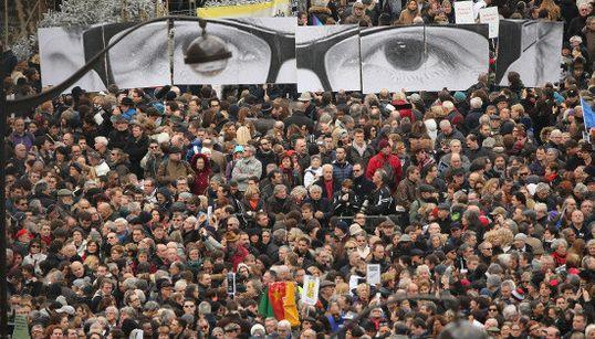 FOTOS: Franceses vão às ruas e fazem homenagem INCRÍVEL às vítimas dos