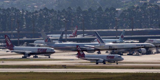 A partir de amanhã, companhias aéreas no Brasil terão que manter dois tripulantes em cabine de comando...