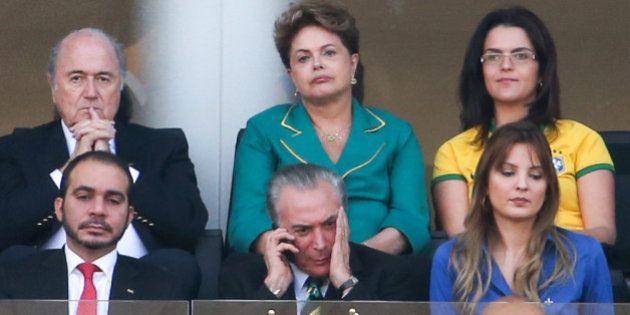 Dilma é ofendida por torcedores antes do início do 1º tempo da partida de abertura da