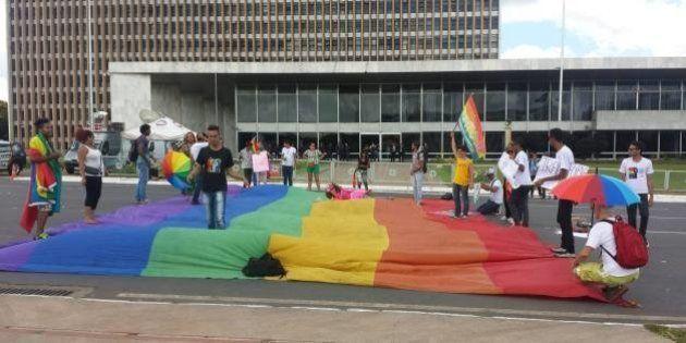 Comunidade gay no Distrito Federal protesta contra a extinção da Subsecretaria para Assuntos de Pessoas