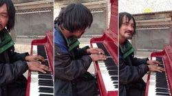 ASSISTA: Morador de rua surpreende ao tocar