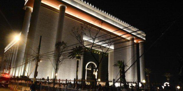 Em noite de 'figurões', fiel controla tráfego na abertura do templo da Universal em São