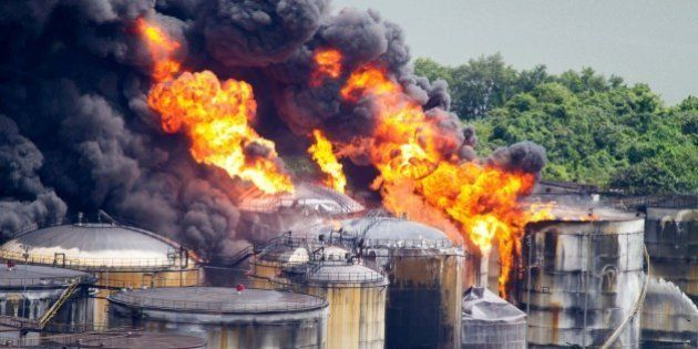 Incêndio em tanques de combustíveis em Santos se espalha; trabalho de isolamento