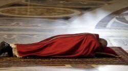 Papa Francisco deita em rito que lembra a crucificação de