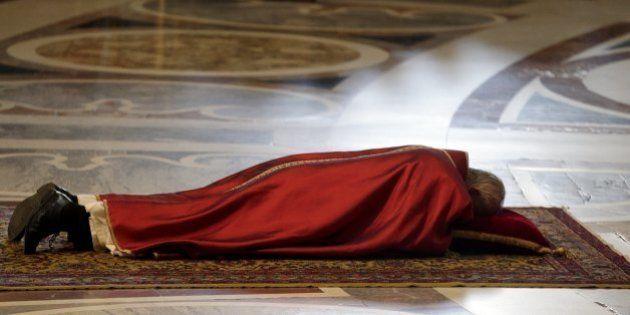 Papa Francisco deita em rito que lembra a crucificação de Jesus