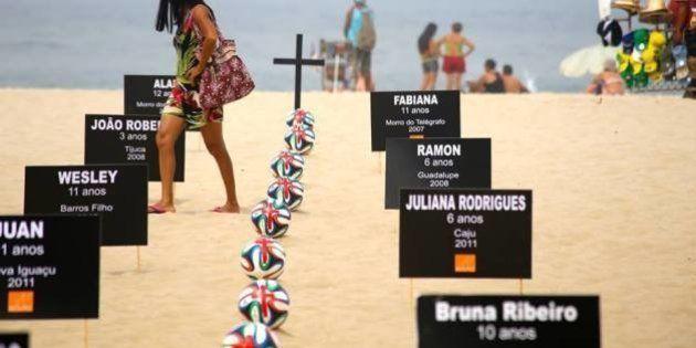 ONG faz enterro simbólico em Copacabana para pedir