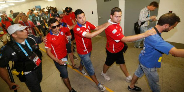 O instante em que torcedores chilenos invadem o centro de imprensa do Maracanã