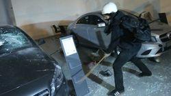 Black blocs invadem concessionária da Mercedes e detonam carros de