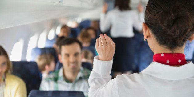 9 maneiras de agradar o(a) comissário(a) de bordo no seu