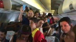 Com calor, passageiros abrem a porta de avião da
