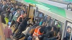 ASSISTA: Passageiros levantam vagão para salvar homem preso no vão da