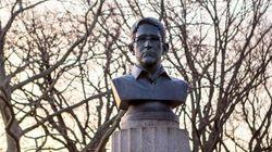 Artistas instalam estátua de Snowden em parque de Nova York... A homenagem durou pouco