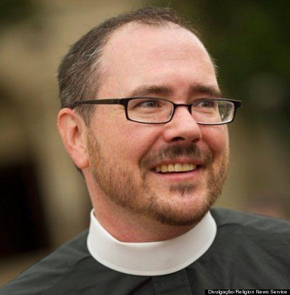 A história do padre transgênero que celebrou culto na Catedral Nacional de Washington neste domingo