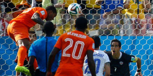 Holanda mostra que também sabe jogar atrás, faz dois no Chile e tenta se livrar do Brasil nas