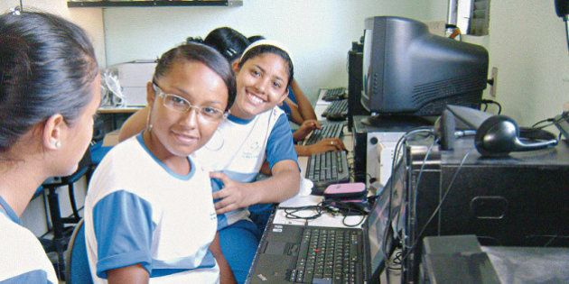 Computador está fora da sala de aula na maioria das escolas
