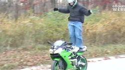 Motociclista tenta se mostrar e falha...duas