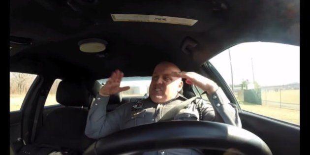 Policial cantando 'Shake it Off' da Taylor Swift bomba nas redes sociais