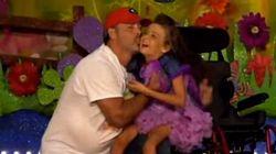 ASSISTA: pai leva filha com doença terminal para dançar em