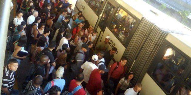 Passageiros esperam ônibus no Terminal Capelinha em mais um dia de transporte confuso devido aos temporais...
