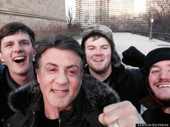 Sylvester Stallone tira selfie com fãs no mesmo ponto de cena clássica de