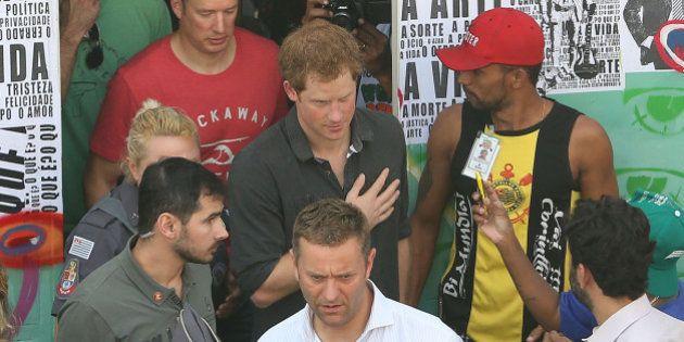 Príncipe Harry visita a Cracolândia em São Paulo e conversa com