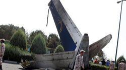 FOTOS: Queda de avião no Irã mata cerca de 40, mas deixa