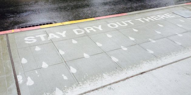 Artista cria arte secreta nas calçadas que só se revela em dias de