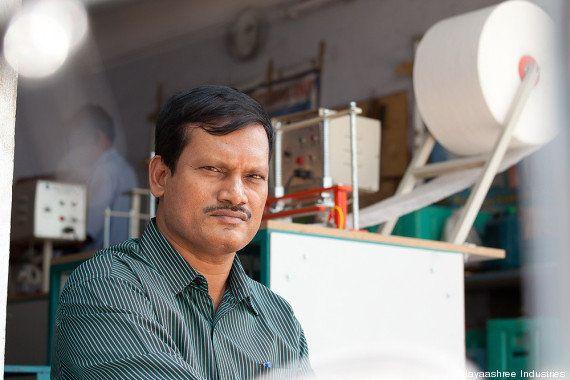 Conheça o homem que revolucionou o absorvente higiênico em vilarejos da