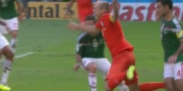 Arjen Robben faz novo holandês-voador e cava pênalti que mudou os rumos do jogo contra o