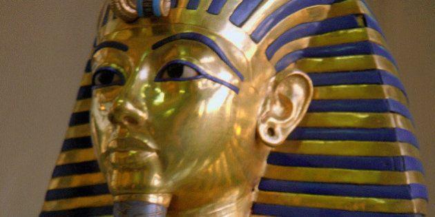 Funcionários quebram máscara de Tutancamon e colam peça com