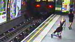 Carrinho com bebê cai nos trilhos do Metrô de Londres e é