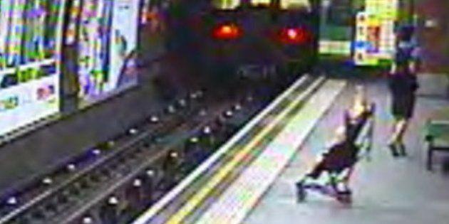 Carrinho com bebê cai nos trilhos do Metrô de Londres e é salvo por mulher