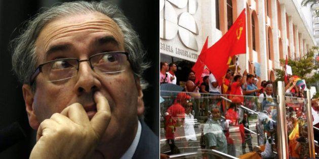 Manifestantes LGBTs e da CUT protestam e atacam até bola de papel em Eduardo Cunha durante visita a