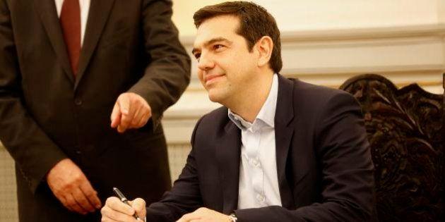 Líder de esquerda Tsipras toma posse como novo premiê da