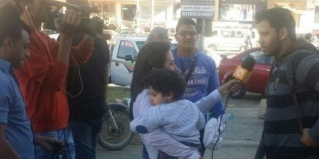 Repórter egípcia gera polêmica ao levar filho ao